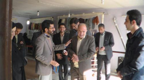 بازدید فرماندار اراک از کارگاه های بافندگی فرش موسسه خیریه طلوع فرجام نیک