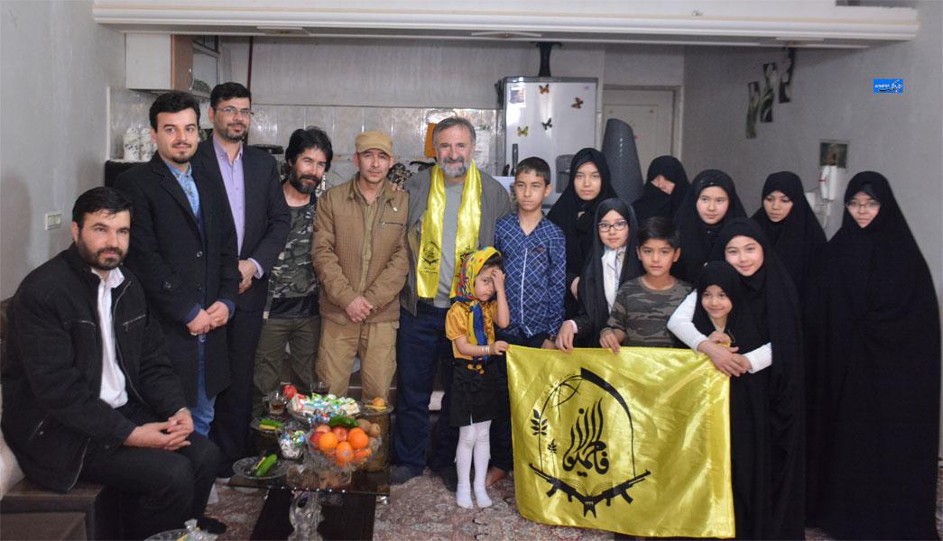 عید دیدنی مهران رجبی با خانواده شهیدان مدافع حرم در مشهد